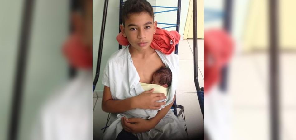 Mãe morre durante o parto, e filho mais velho faz técnica do canguru no irmão recém-nascido 3
