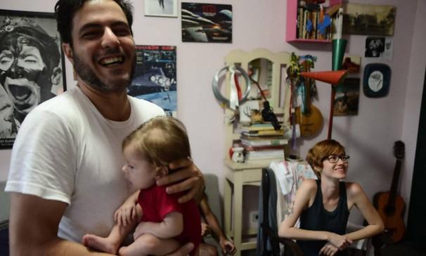 Amigos de pais de bebê com paralisia cerebral ajudam no revezamento de colo 7