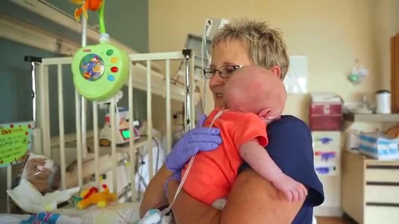Enfermeira que salvou a vida de milhares de bebês recebe homenagem e encontra as crianças crescidas 1