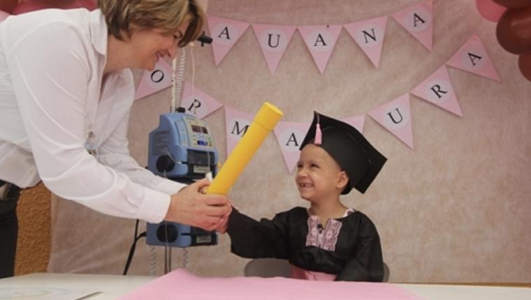 Após mais de ano internada, menina de 5 anos com leucemia realiza sonho de se formar na pré-escola 4