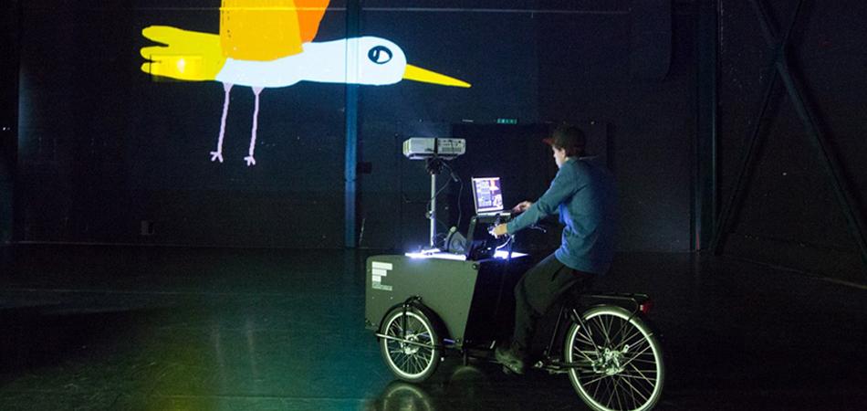 Dupla utiliza triciclos equipados para fazer intervenções urbanas animadas 1