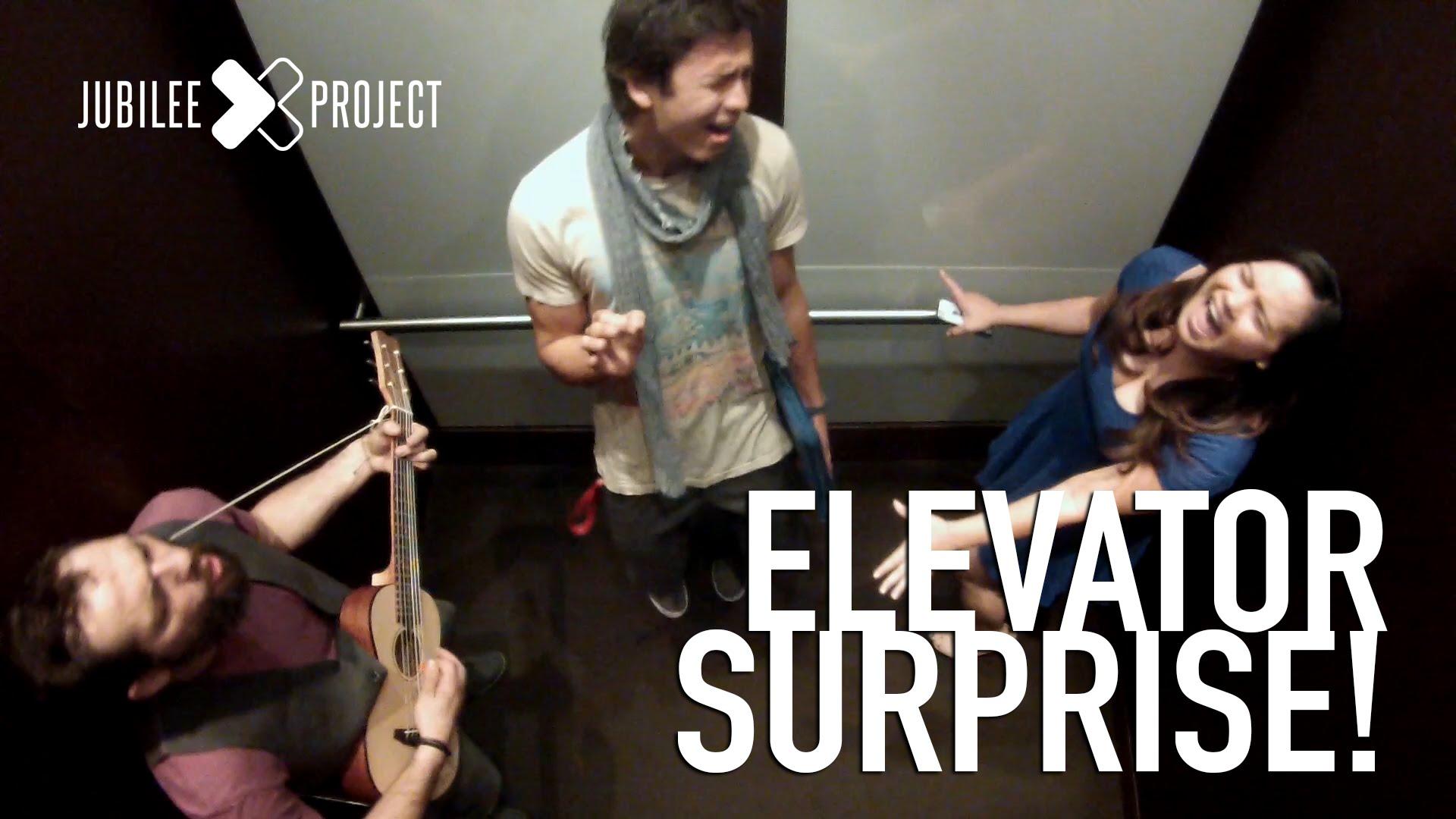 Pegadinha do bem: em vez de susto, as pessoas que entravam neste elevador ganhavam motivos para sorrir 1