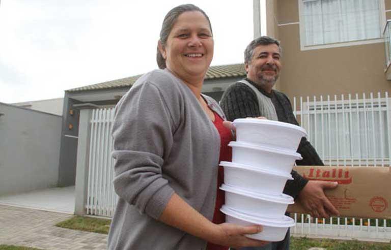 Casal brasileiro sai nas ruas distribuindo marmita para sem-tetos 1