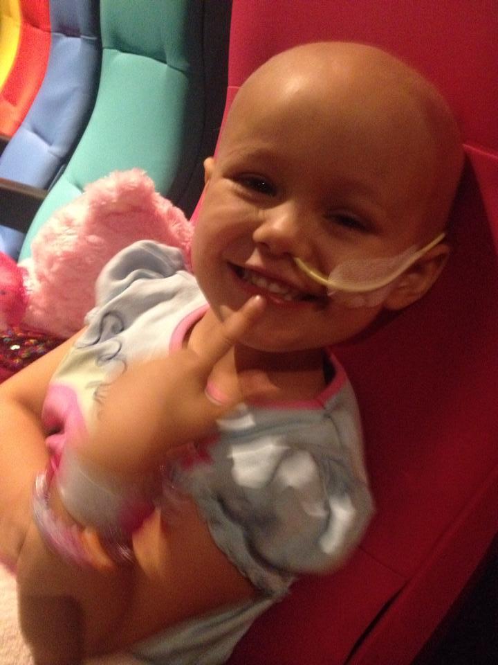 """Enfermeiras alegram dia de quimioterapia de garotinha cantando """"Let It Go!"""" [vídeo] 2"""