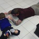 Barbeiro encontra forma adorável de cortar o cabelo de menino autista 4