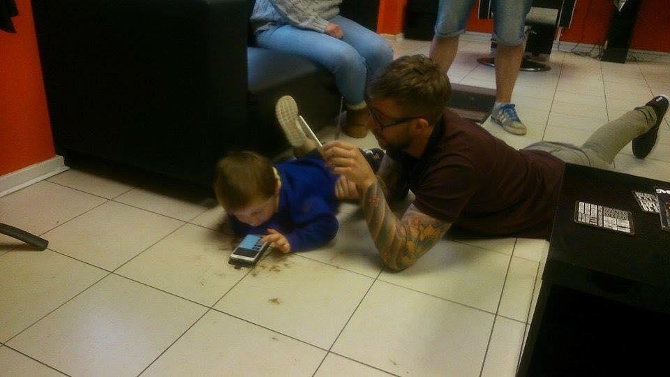 Barbeiro encontra forma adorável de cortar o cabelo de menino autista 1