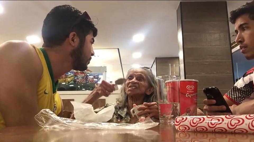 Este jovem brasileiro compartilha diálogos com a avó com esquizofrenia e Alzheimer de maneira divertida e emocionante 3