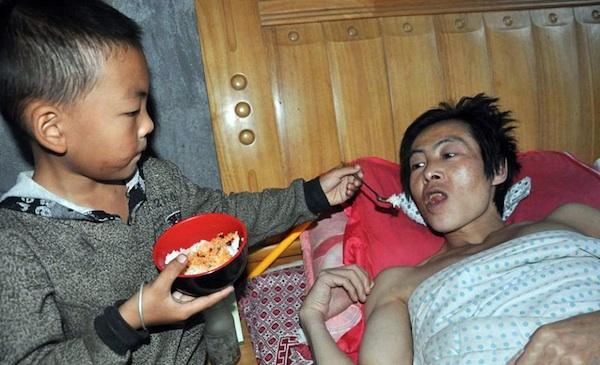 Garoto chinês abandonado pela mãe cuida sozinho do pai paraplégico 1