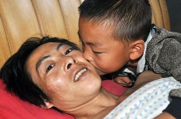 Garoto chinês abandonado pela mãe cuida sozinho do pai paraplégico 2