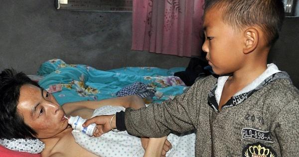 Garoto chinês abandonado pela mãe cuida sozinho do pai paraplégico 3