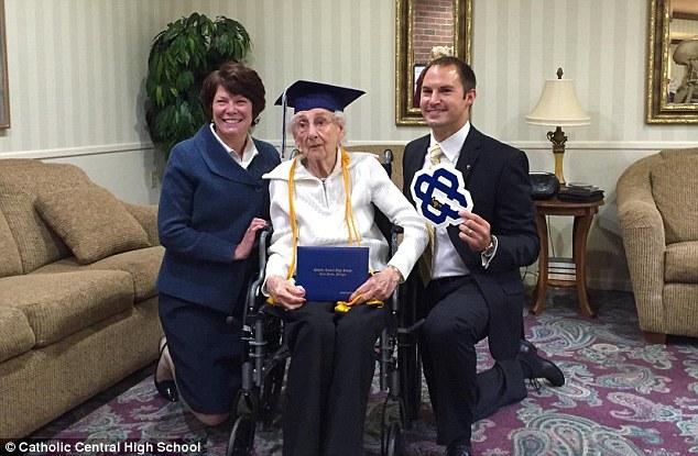 Americana de 97 anos recebe diploma do ensino médio e não segura a emoção 2