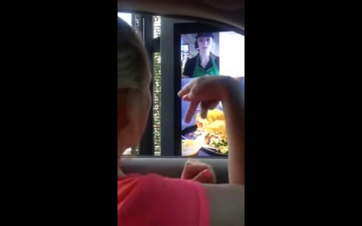 Mulher surda filma atendimento em língua de sinais no Starbucks e vídeo bomba na web 2
