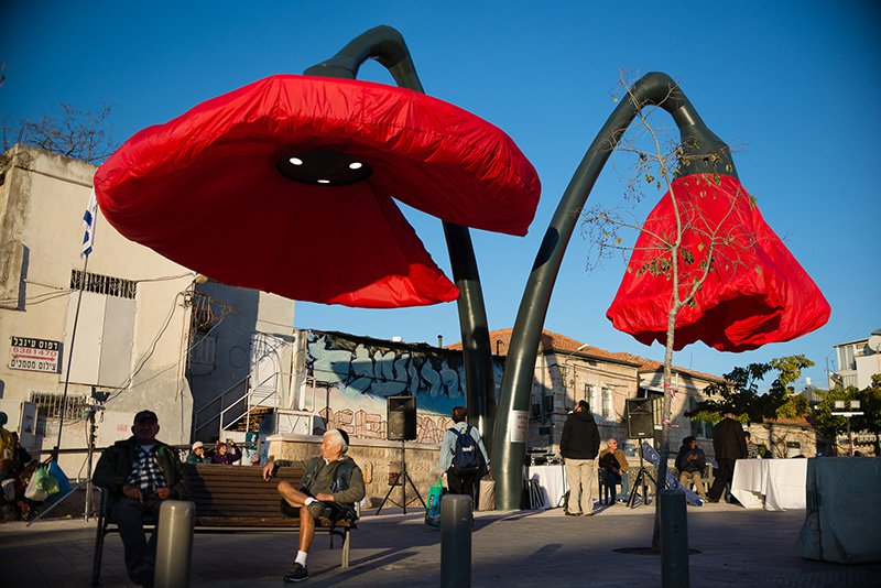 These-Streetlights-Bloom-Like-Giant-Flowers-When-People-Stand-Under-Them-7