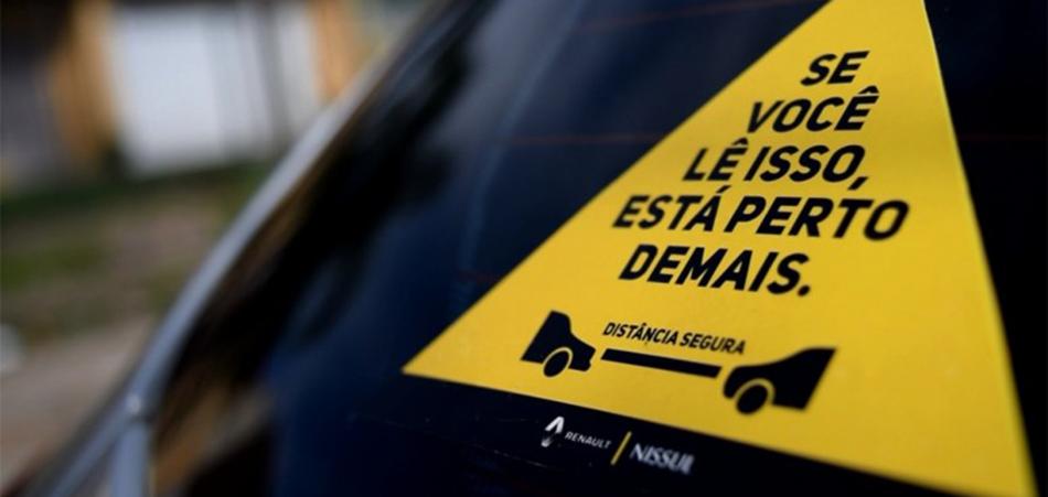 Adesivo ajuda a evitar batidas de carros no trânsito 1