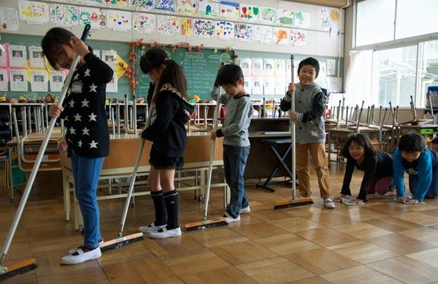 os alunos limpam sua escola no Japão