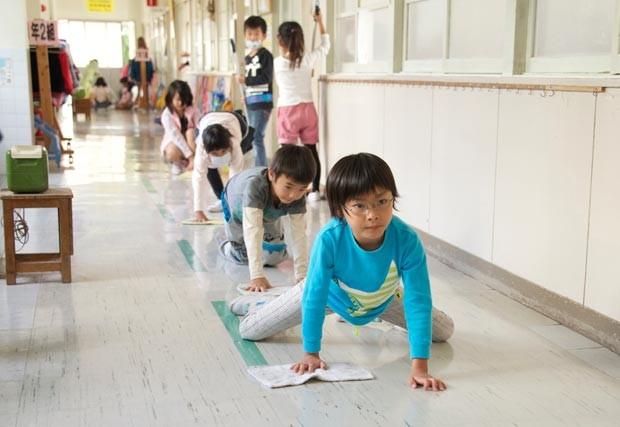 os alunos limpam sua escola no Japão 2