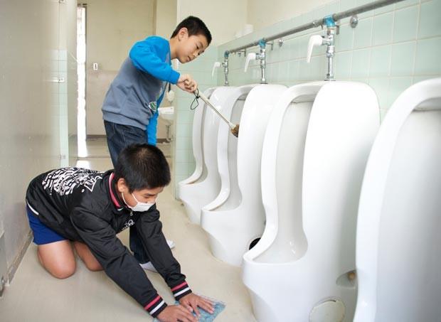 os alnos limpam sua escola no Japão