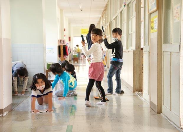 os alunos limpam sua escola no Japão 4