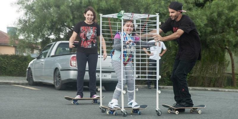 Pais fazem engenhoca para filha com atrofia muscular poder andar de skate 1