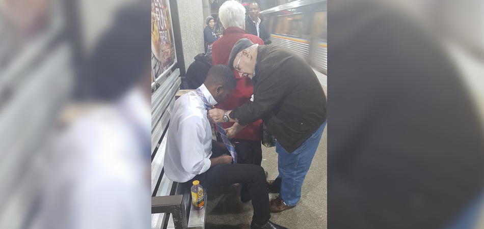 Foto de casal de idosos ajudando jovem a dar nó na gravata viraliza na internet 2