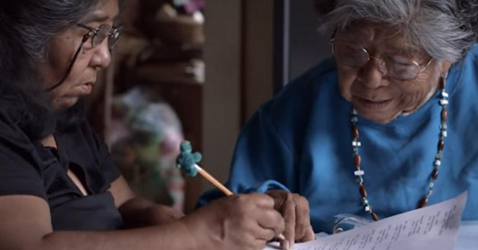 Para não deixar seu idioma ser extinto, indígena de 81 anos aprende a usar o computador e cria dicionário 1