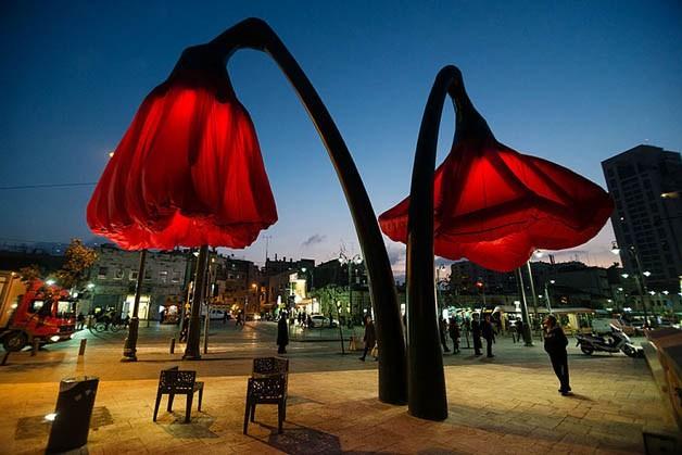Luminárias de flores gigantes se abrem quando passam os pedestres 3