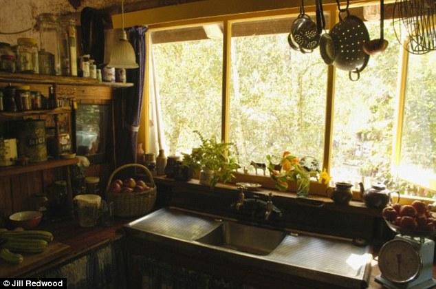 Conheça a mulher que vive há mais de 30 anos de sua horta e gasta U$80 por semana 3