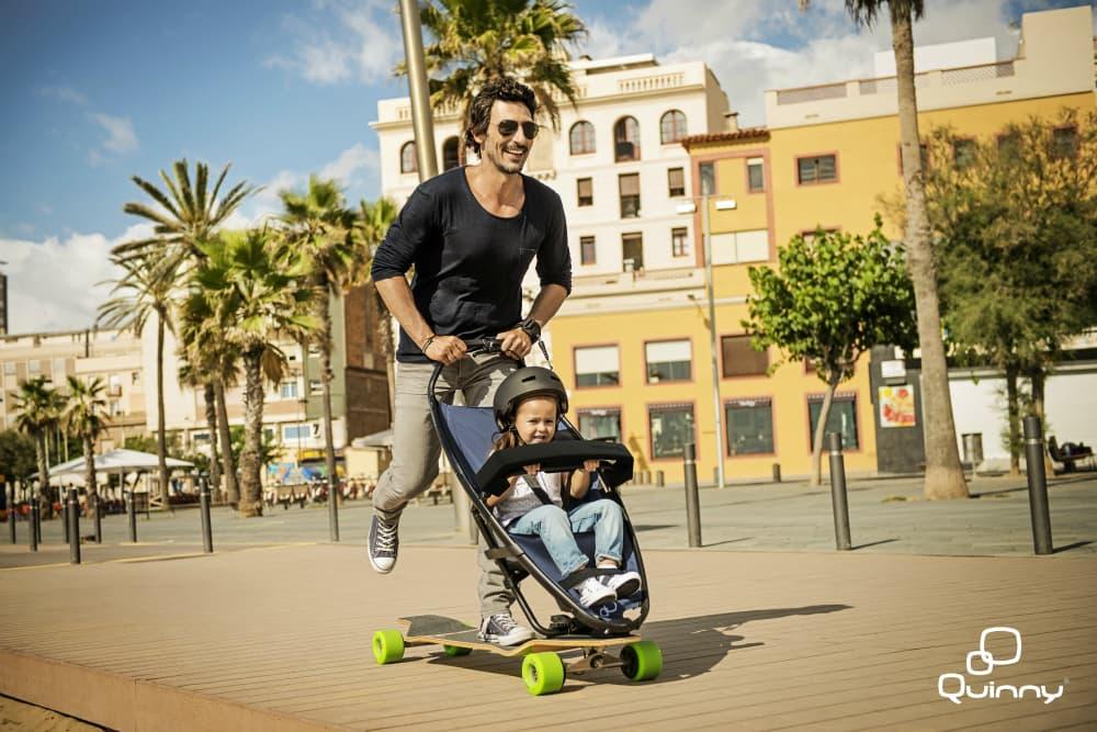 carrinho de bebê e skate são a diversão