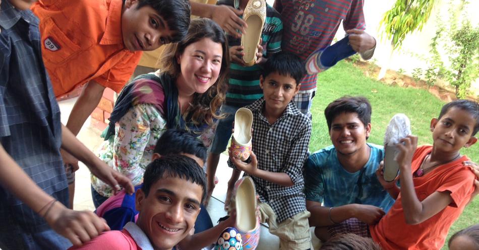 Brasileira lança marca de moda na Índia que reverte parte do lucro para ajudar crianças pobres no país 1