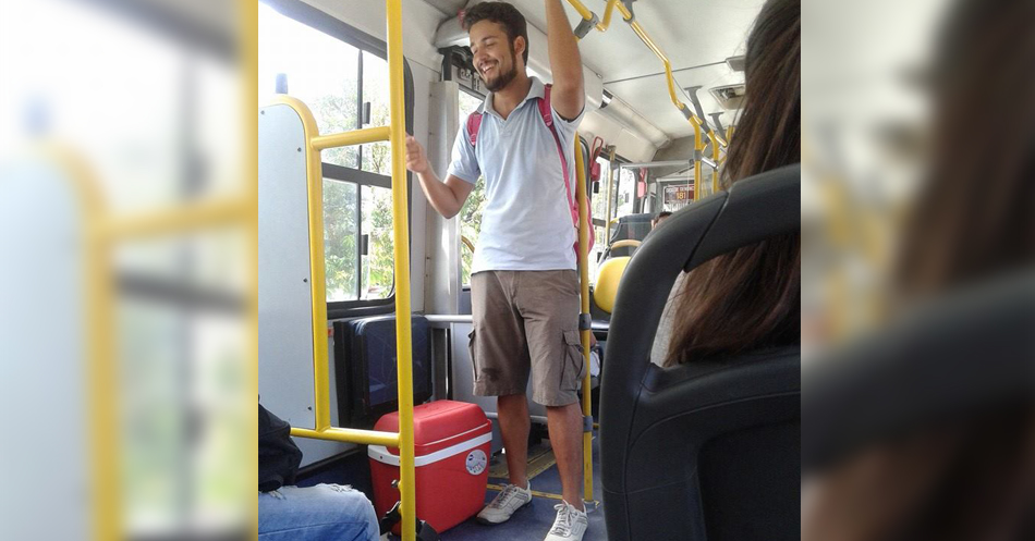 Foto de jovem vendendo garrafas de água no ônibus para comprar vestido de casamento da noiva viraliza na internet 1