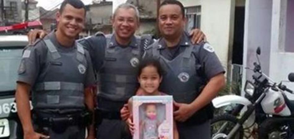 Policiais fazem festinha de aniversário para menina pobre de Santos (SP) encontrada na rua chorando 2