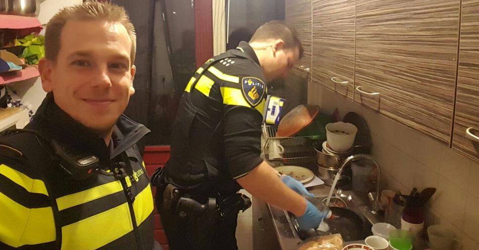 Policiais socorrem mulher a enviando para hospital, mas ficam na casa dela para fazer jantar dos 5 filhos 1