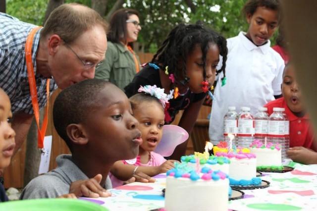 crianças de orfanato ganham festas de aniversário
