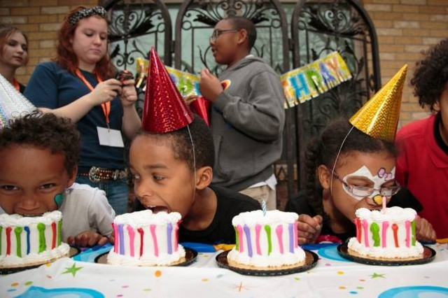 crianças de orfanato ganham festas de aniversário 4
