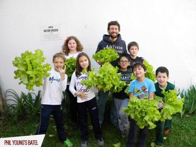 Crianças aprendem inglês nas aulas de horta e reciclagem em Curitiba 2