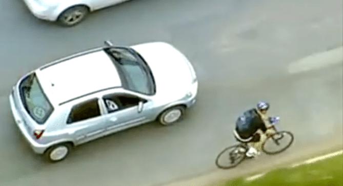 Ciclista ajuda motorista em apuros na estrada