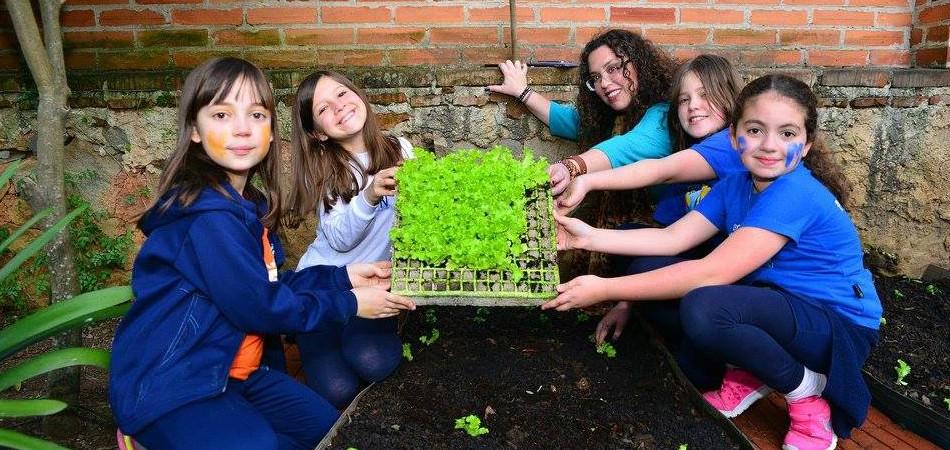 Crianças aprendem inglês nas aulas de horta e reciclagem em Curitiba