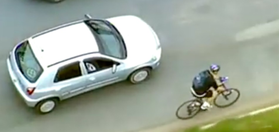 ciclista ajuda motorista