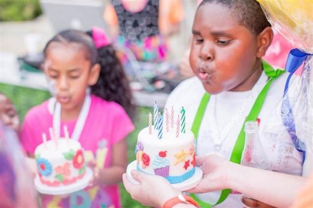crianças de orfanato ganham festas de aniversário 5