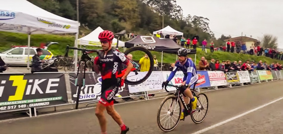 ciclista desiste de ultrapassar rival