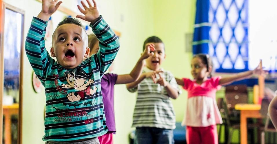 cei-lar-de-criancas-ananda-marga-tem-aula-de-yoga-na-zona-norte-de-sp-1367963380852_956x500
