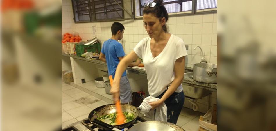 Paola Carosella cozinha para alunos de escola ocupada em SP 1