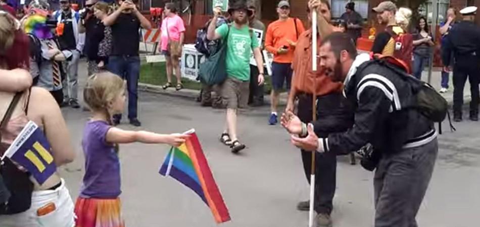 Menina não se intimida durante protestos de religiosos nos EUA e mostra bandeira do arco-íris pra eles 1