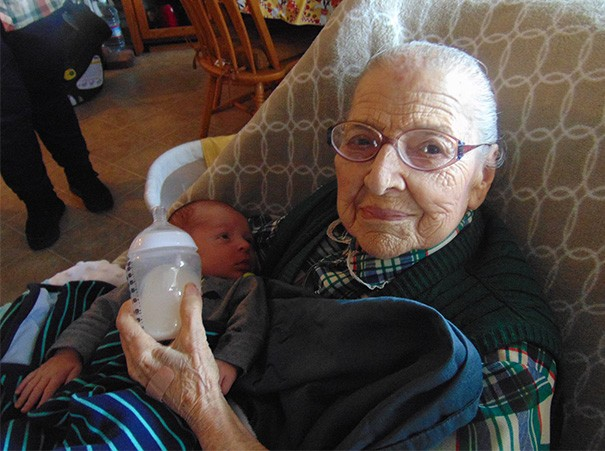 newborn-baby-girl-meets-grandma-101-year-difference-rosa-camfield-4