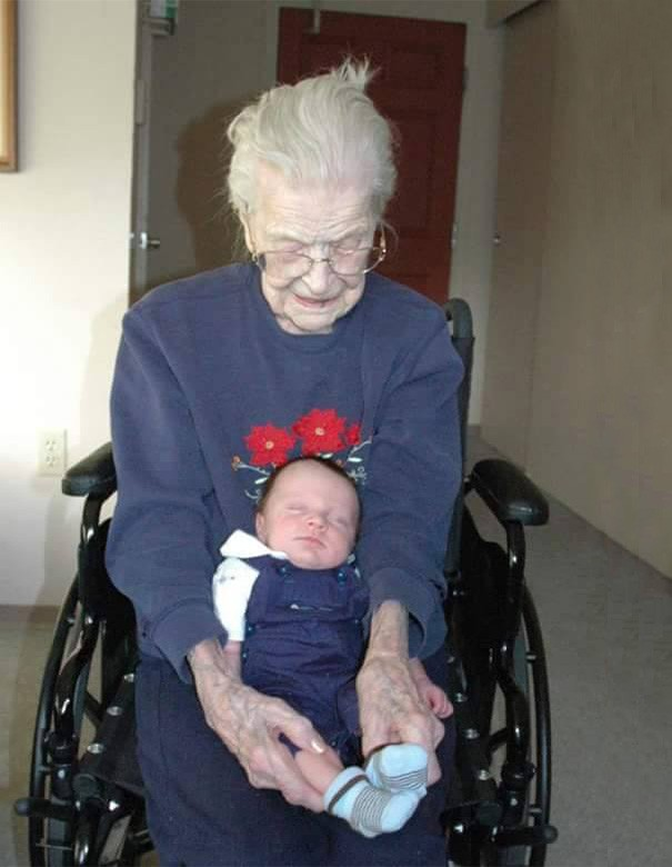 newborn-baby-girl-meets-grandma-101-year-difference-rosa-camfield-8