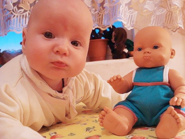 198805-650-1451240329-babies-and-look-alike-dolls-29__605