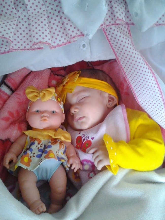 199005-650-1451240329-babies-and-look-alike-dolls-11__605