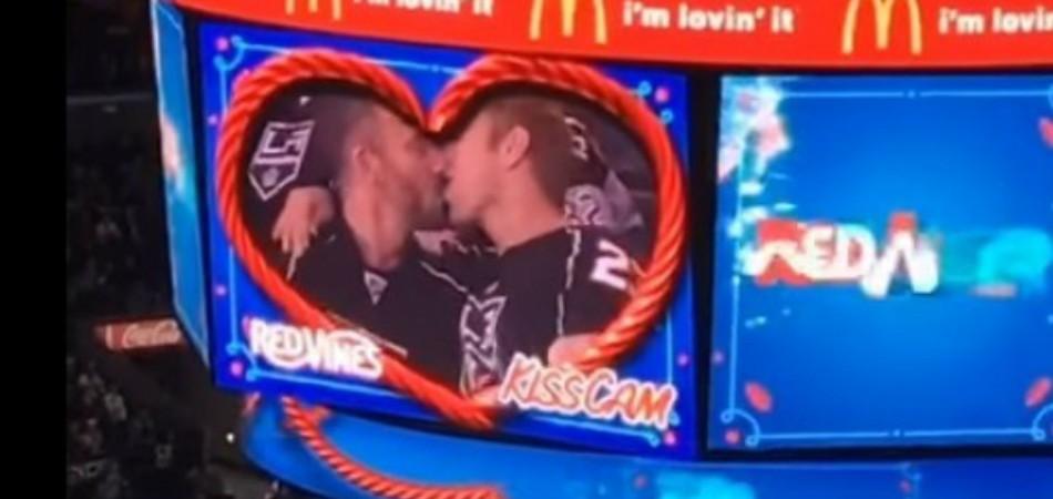 """Ginásio de hóquei lotado mostra o primeiro beijo entre homens em uma """"câmera do beijo"""" 1"""