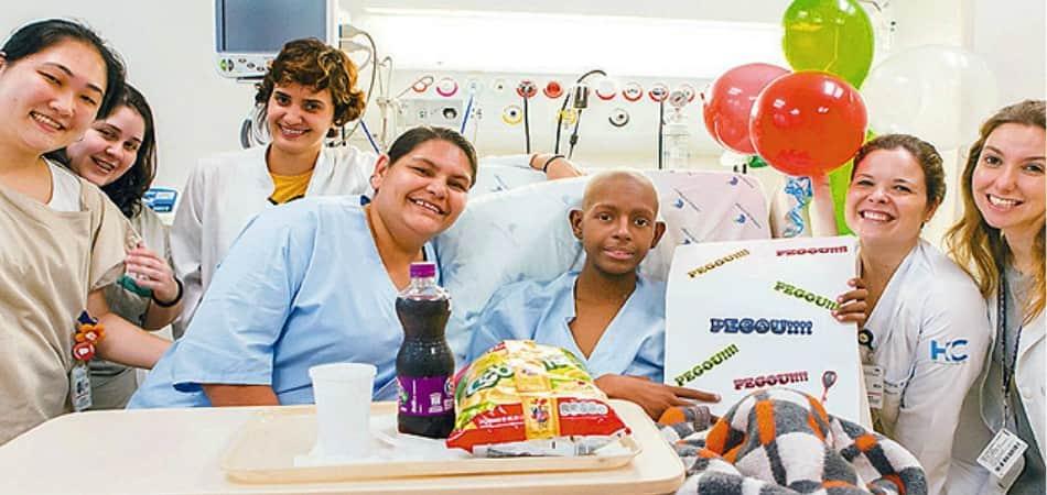 Rituais em hospitais celebram cada vitória de um paciente contra o câncer 3