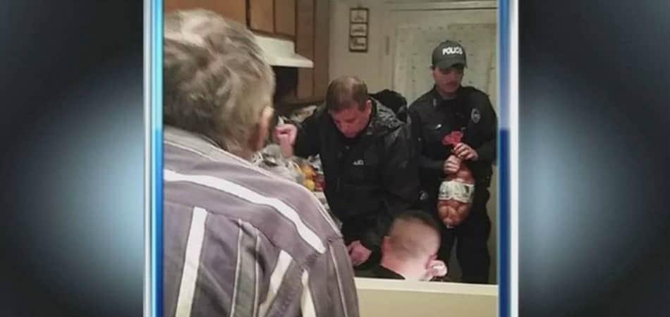Após ter aposentadoria roubada, policiais enchem despensa de idoso que não comia há dois dias 1